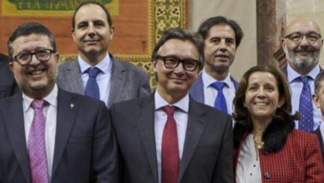 Manuel Gavira, en el centro, junto a Francisco Serrano y otros diputados de Vox.