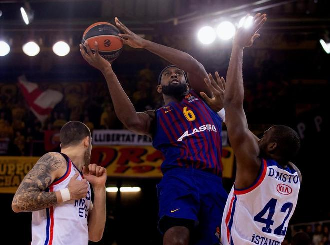 Chris Singleton (c) intenta anotar ante los jugadores del Anadolu Efes.