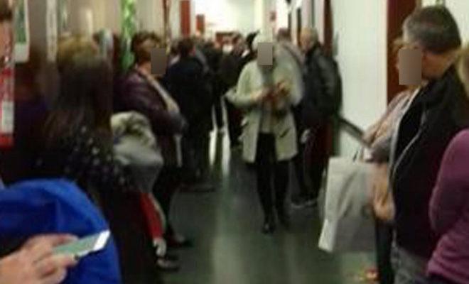 Pacientes, este jueves, en uno de los pasillos del Hospital Provincial de Castellón.