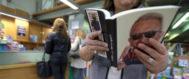 Una mujer hojea un ejemplar del libro autobiográfico de Carlos Fabra, este jueves, en la librería Babel de Castellón.
