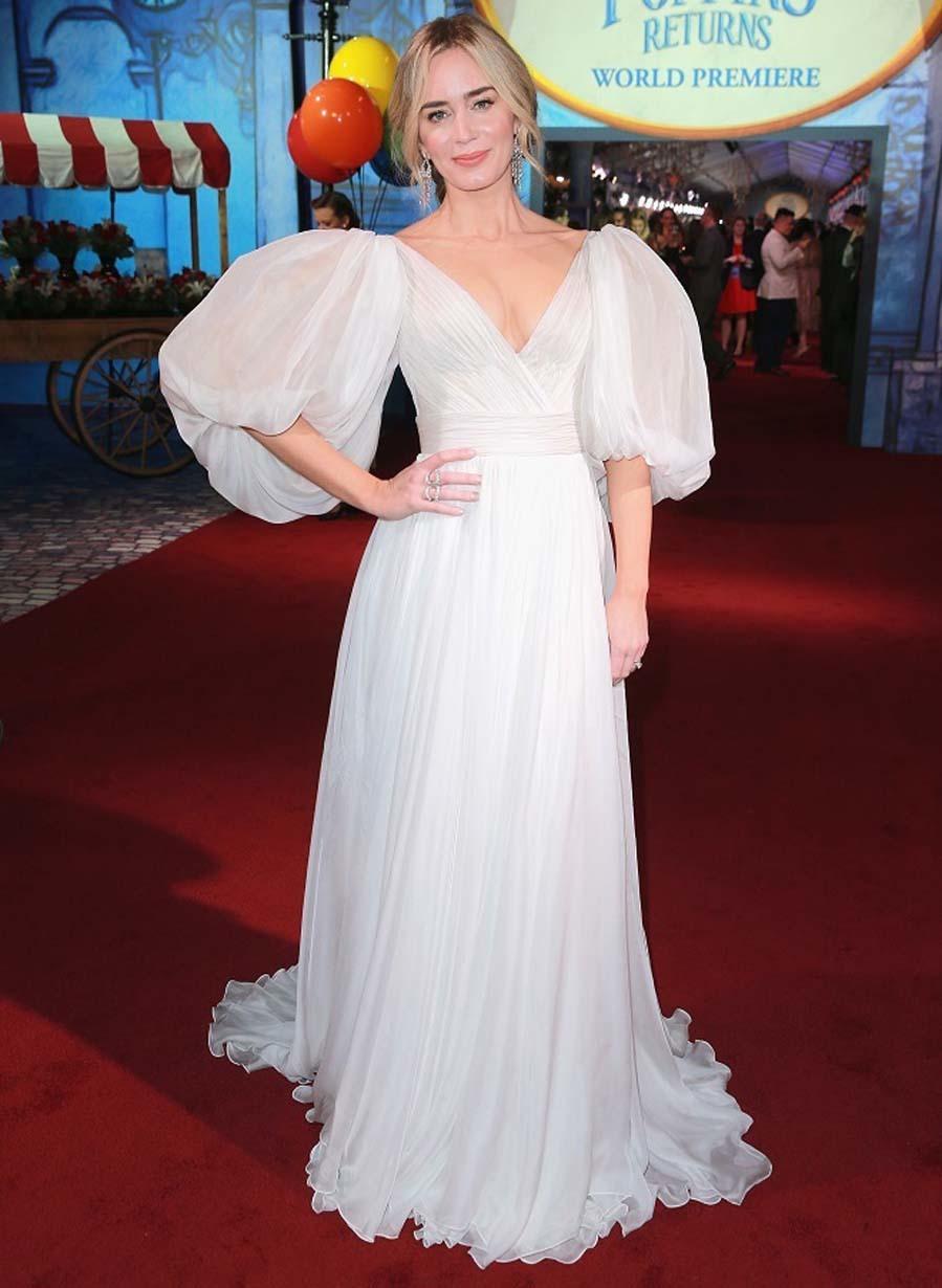"""La nueva película de Mary Poppins ha conseguido que <strong>Emily Blunt</strong>, actriz que reencarna el papel de la niñera mágica se una de las mejor vestidas del año por los <strong>diferentes vestidos escogidos para los estrenos</strong> de la película. Un <strong>vestido blanco</strong> impoluto de la firma rusa <strong>Yanina Couture</strong>  en la <a href=""""https://www.elmundo.es/yodona/moda/2018/11/30/5c010f05fc6c8367458b4661.html"""">premiere de Los Angeles</a>. Un diseño confeccionado en <strong>gasa y seda </strong>y compuesto de un cuerpo ajustado con escote en uve cruzado con un fruncido frontal y una larga falda vaporosa con cola trasera-"""
