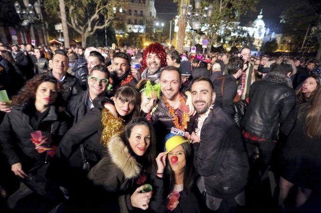 Fiesta de Nochevieja en plaza del Ayuntamiento de Valencia, en foto de archivo