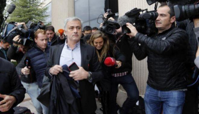 Varias mujeres, en paro y con problemas con Hacienda: las tres pilladas en fuera de juego de  José Mourinho