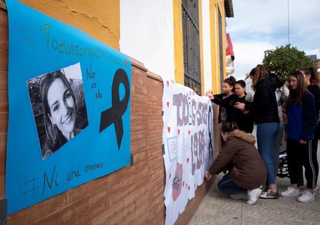 Carteles en memoria de Laura Luelmo en la localidad onubense de...
