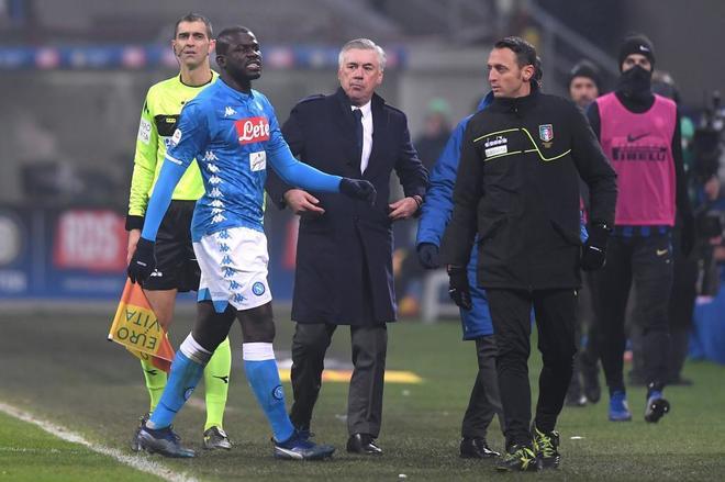 Kalidou Koulibaly, del Nápoles, se retira tras ser expulsado ante el Inter.