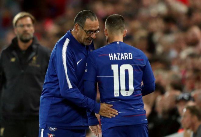 Maurizio Sarri y Eden Hazard se saludan tras ser sustituido el belga.