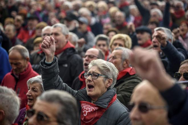 Un grupo de pensionistas se manifiesta en Bilbao exigiendo unas pensiones dignas.