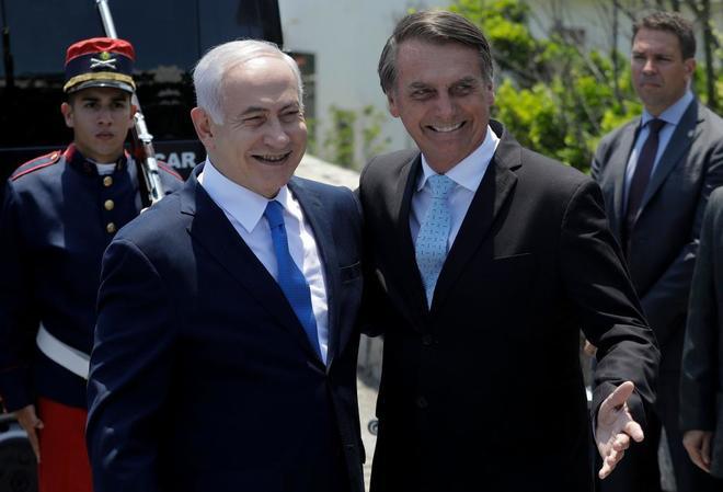 El primer ministro israelí, Benjamin Netanyahu, junto a Jair Bolsonaro a su llegada a Brasil, este viernes.