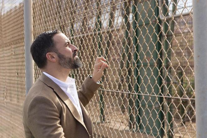 El presidente de Vox, Santiago Abascal, durante una visita a la valla...