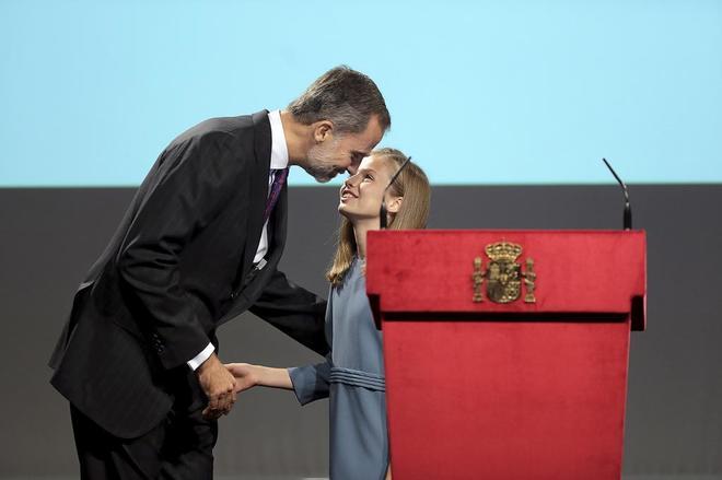 La Princesa Leonor besa a su padre Felipe VI en un acto por el aniversario de la Constitución