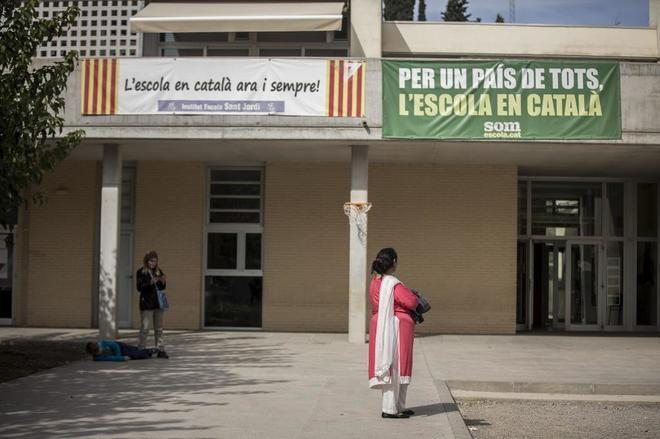 Colegio publico de Berga donde cuelgan pancartas donde se puede leer...