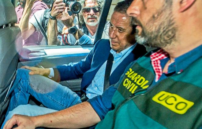 Eduardo Zaplana, custodiado por un agente de la Guardia Civil tras ser detenido el pasado mayo.