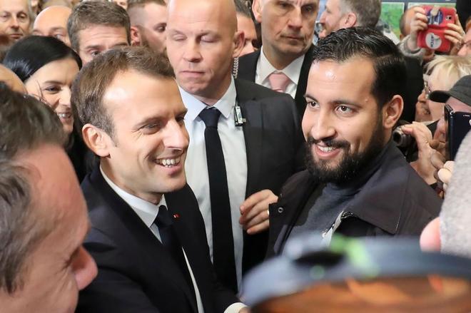 Emmanuel Macron junto a su ex guardaespaldas Alexandre Benalla en una...