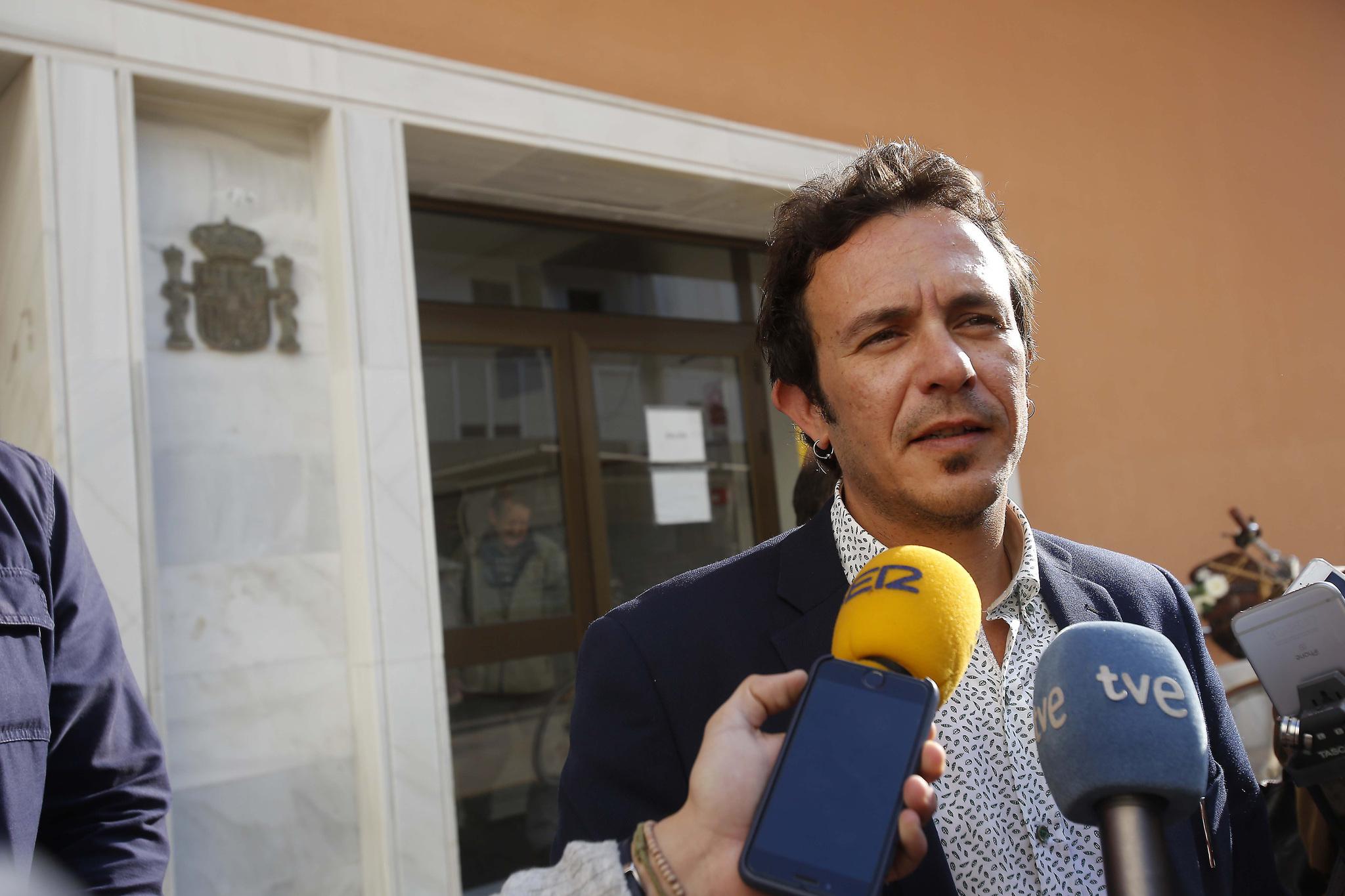 """El alcalde de Podemos de Cádiz llama a Vox """"excrementos"""" de la descomposición del PP"""