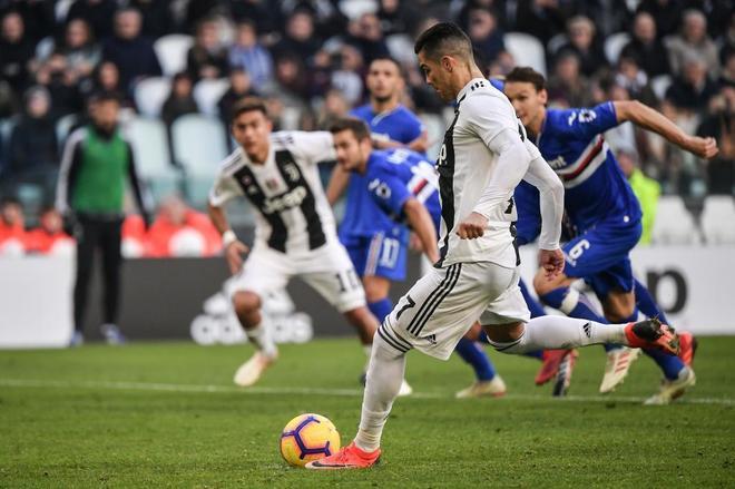 Cristiano Ronaldo marca de penalti el segundo gol de la Juve.