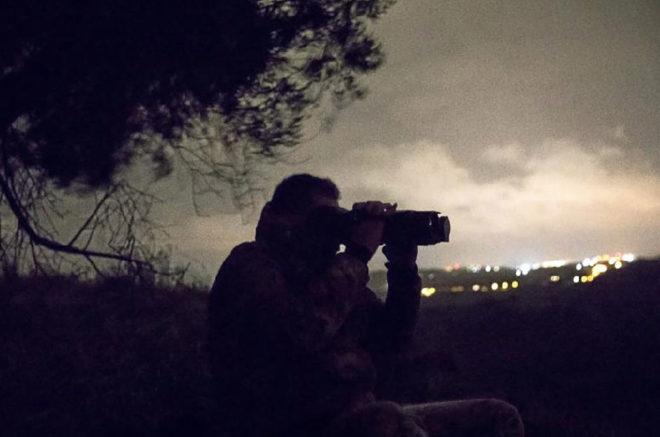 Un miembro del Escuadrón de los Cazadores de Calabria durante una patrulla nocturna.
