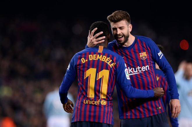 Gerard Piqué abraza a su compañero Dembélé.