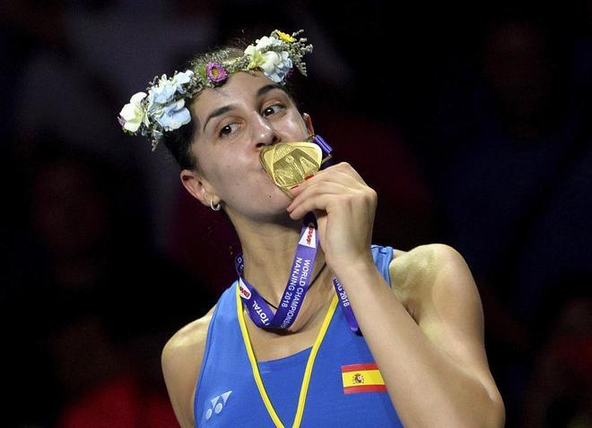 Carolina Marin besa la medalla de oro tras ganar la final del Mundial.