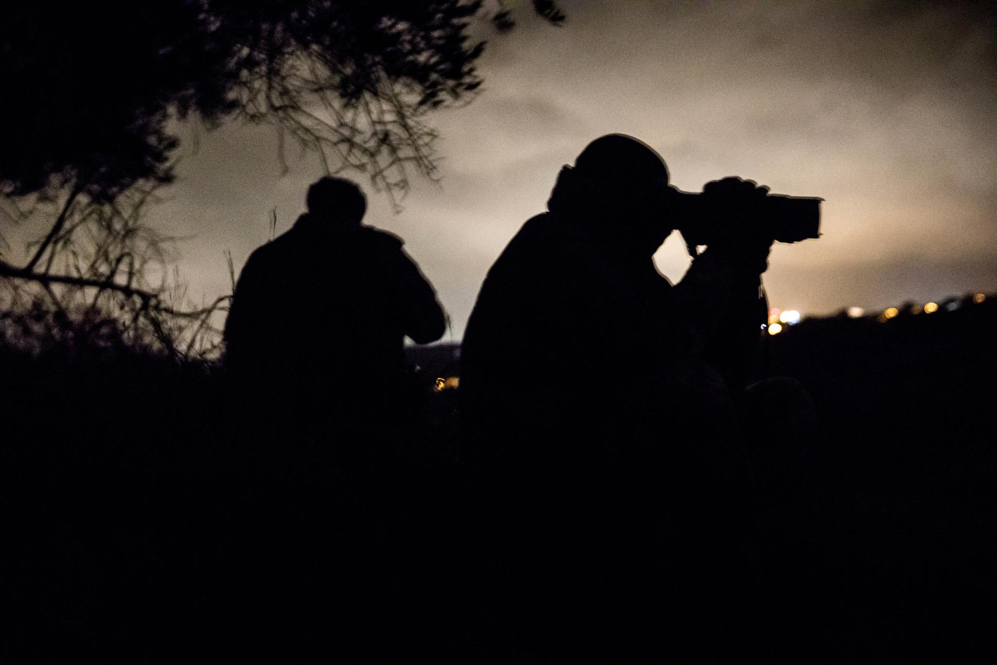 Miembros del Escuadrón de Cazadores de Calabria en una operación de observación noctura.