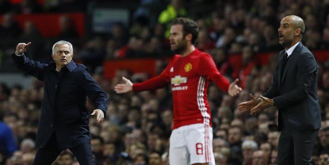 Mourinho y Guardiola, en un partido entre el United y el City.