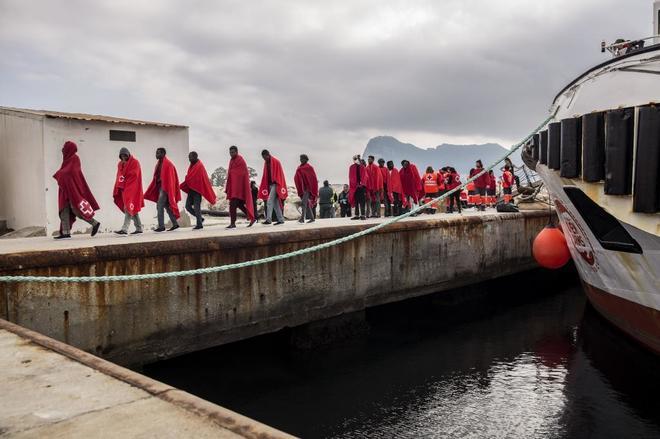 Imagen de lo inmigrantes que iban a bordo del Open Arms tras desembarcar en San Roque (Cádiz).