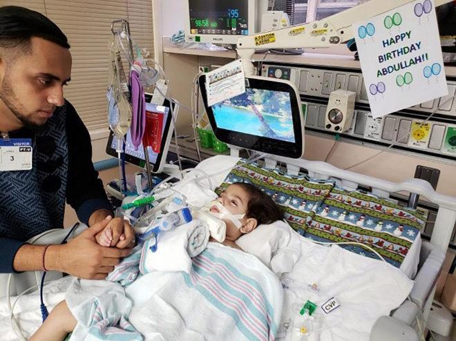 Abdalá Hasan, el niño yemení en estado termninal, junto a su padre, en una imagen de hace unos días.