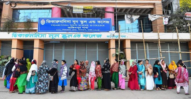 Colas para votar a la puerta de un centro electoral en Dacca, la capital de Bangladesh.