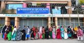 Colas para votar a la puerta de un centro electoral en Dacca, la...