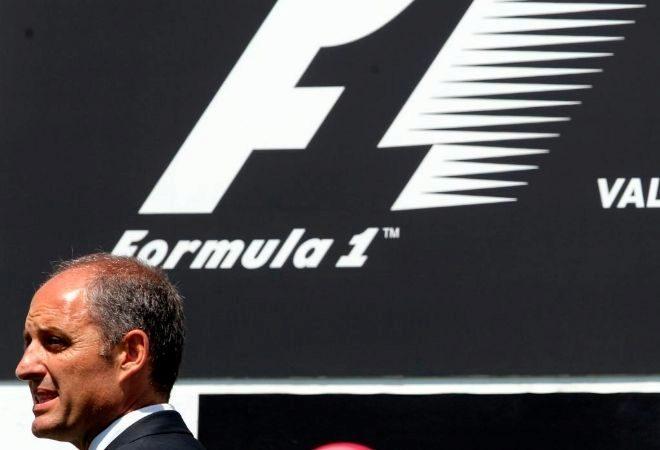 Francisco Camps pasa por delante del logotipo de la F1 durante la celebración del Gran Premio en Valencia.