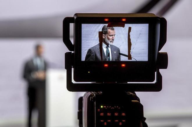 El Rey Felipe VI, a través de una cámara de televisión, en el...