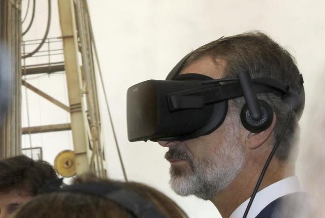 El Rey Felipe VI con una gafas de ciberrealidad en la feria Gastech de...