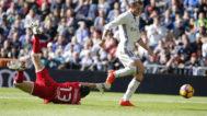 El vizcaíno Jon Ander Serantes intenta evitar que le desborde del madridista Gareth Bale.