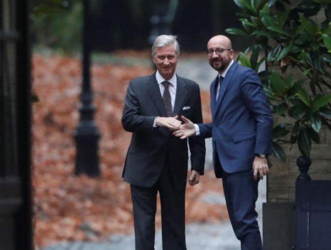 El Rey Felipe de Bélgica (i) recibe al primer ministro belga, Charles Michel (d), en el Palacio Real, en Bruselas.