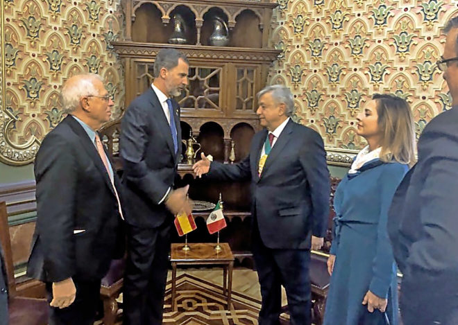 El Rey Felipe VI y el ministro de Exterior, Josep Borrell, saludan a Andrés Manuel López Obrador tras ser investido presidente de México