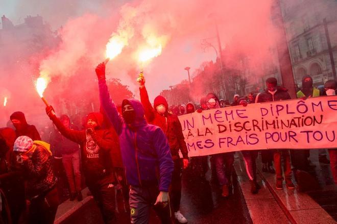 """Manifestantes de los llamados """"chalecos amarillos"""", en París."""