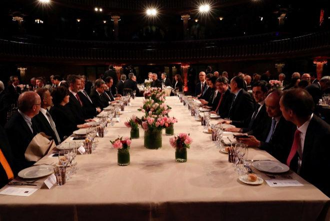El Rey, en la mesa presidencial antes de dar comienzo la cena oficial...