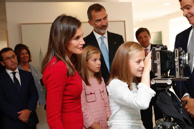 La Princesa Leonor observa una cámara durante su recorrido por la...