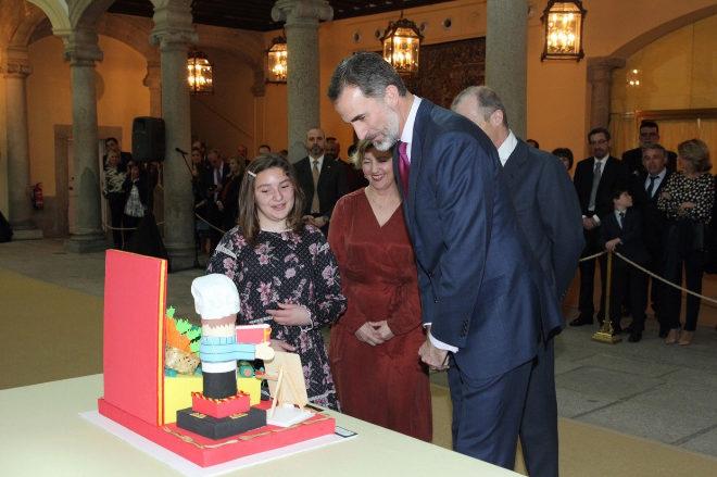 Don Felipe observa el trabajo de la niña Irene Palacios López, del...