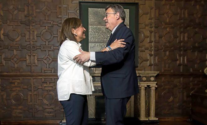 La presidenta del PP valenciano, Isabel Bonig. saluda al jefe del Consell, Ximo Puig.