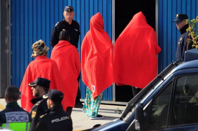 Algunos de los inmigrantes recatados por el buque Open Armas a su llegada al puerto de Algeciras.