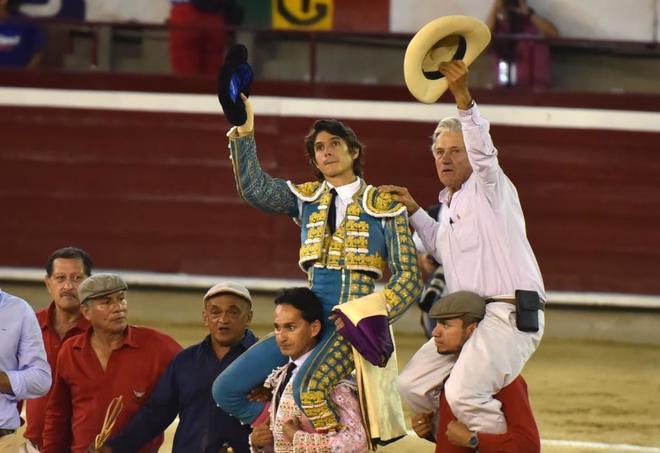 Sebastián Castella salió a hombros con el ganadero de Ernesto Gutiérrez, Miguel Gutíerrez tras una gran tarde de toros