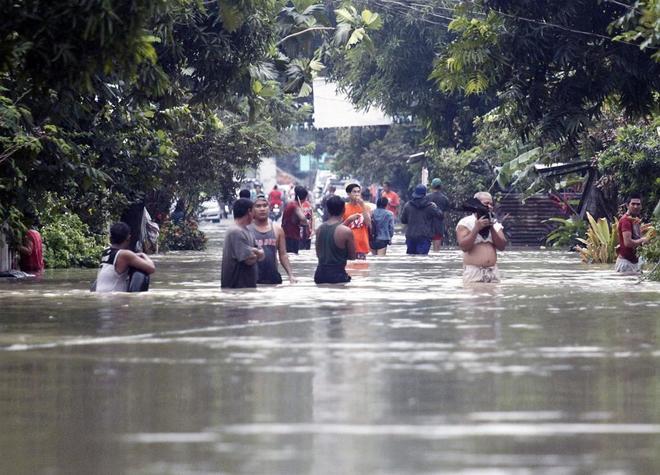 Calles de la localidad filipina de Bulan, inundadas por la tormenta Usman.