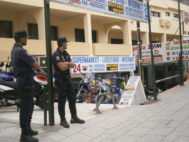 Dos agentes de la policía nacional en el sur de Tenerife.