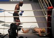 Nasukawa, en la lona, durante el combate con Floyd Mayweather.