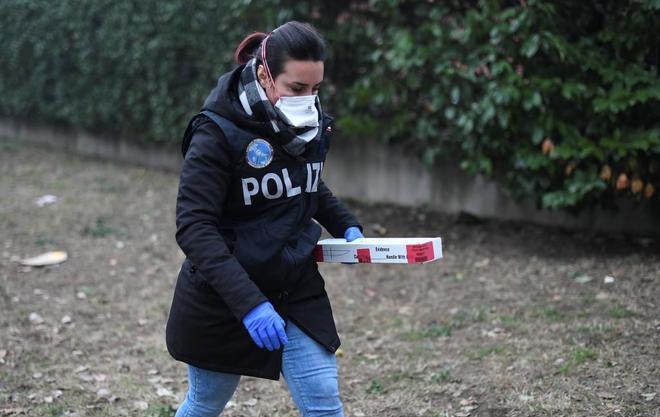 La Policía trabaja en el lugar en el que un hincha fue atropellado tras el Inter-Napoles.