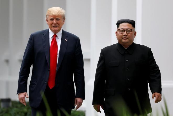 El presidente estadounidense, Donald Trump, con su homólogo norcoreano, Kim Jong Un, en Singapur.