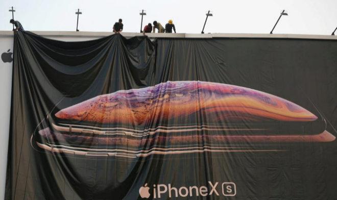 Lona publicitaria del Iphone X en Ahmedabad, India.