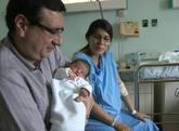 Los padres de Carolina María posan junto a su bebé en el hospital...