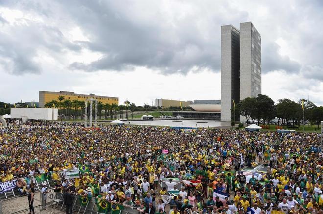 Partidarios de Bolsonaro abarrotan la plaza Tres Poderes de Brasilia
