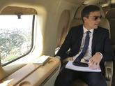 El presidente del Gobierno, Pedro Sánchez, a bordo del Falcon en un...